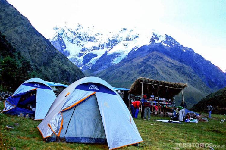 Acampamento em frente a montanha Salkantay