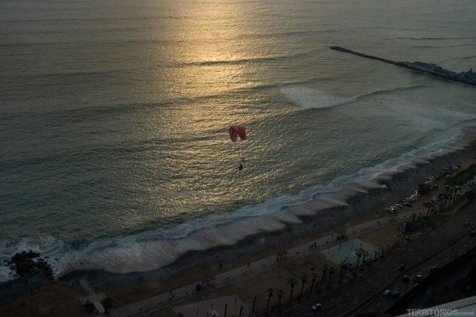 Pôr do sol no Oceano Pacífico com voos de paraglider