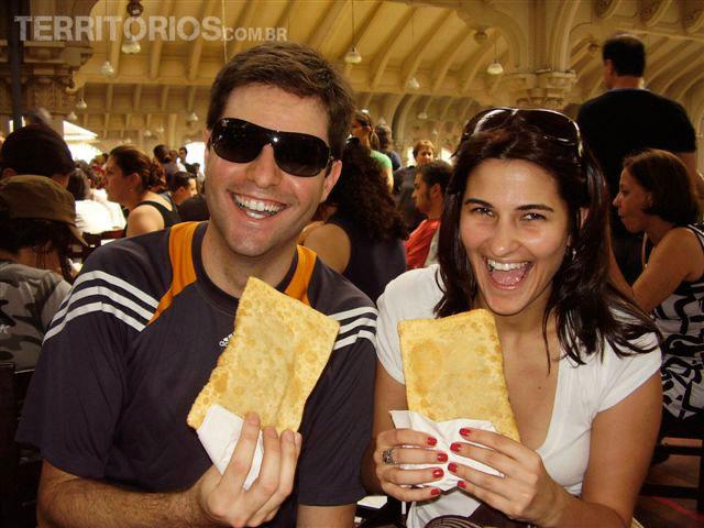 Agustin e Roberta comendo pastel no Mercadão. Atração no Estado de São Paulo