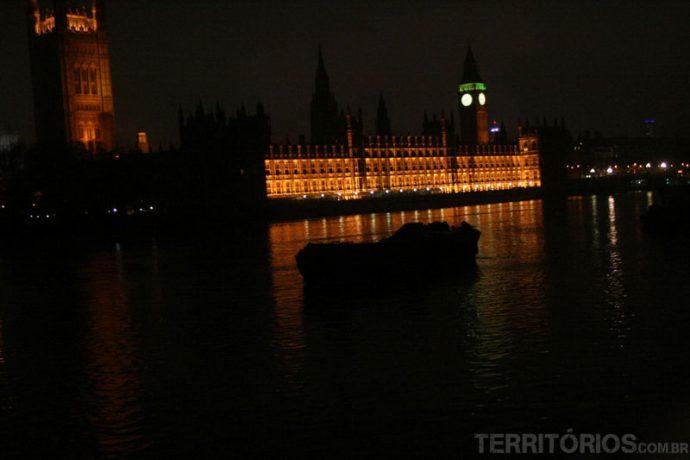 Parlamento iluminado por mais tempo na Londres no inverno