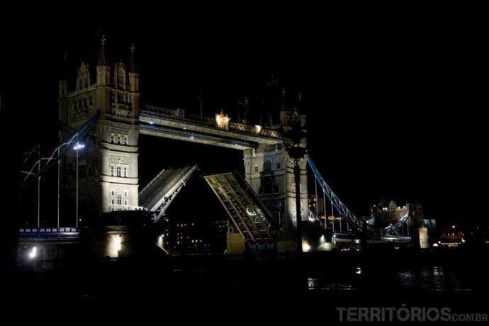 Tower Bridge abrindo para o barco passar