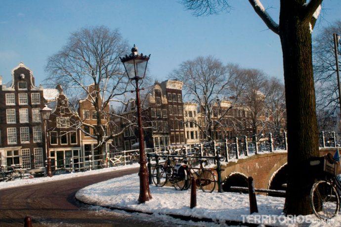 Ruas nevadas em Amsterdam são lindas para viajar em janeiro