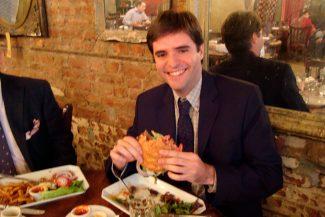 Deliciando um hamburguer de verdade