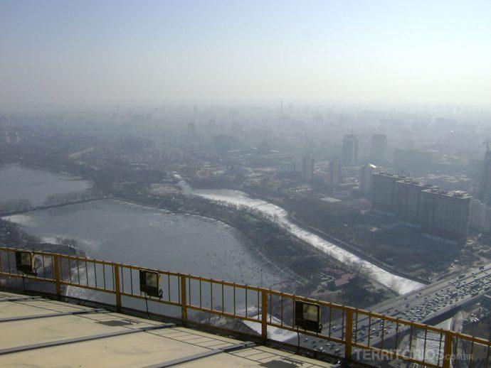 A cidade sufocada pela poluição, trânsito e os rios congelados a -14°C em Pequim