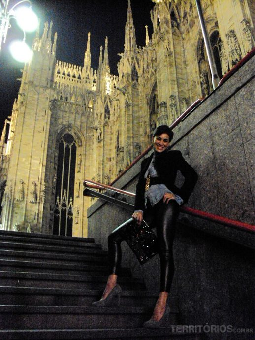 Samantha saindo da estação Duomo