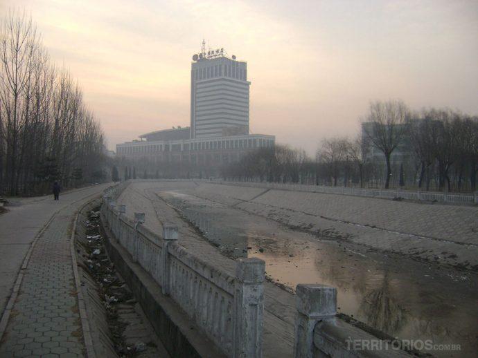 Rio congelado e poluído