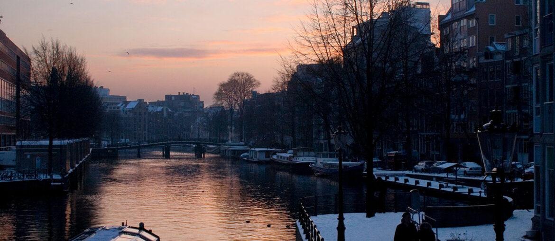 Ilustra o texto hospedagem em hotel-barco em Amsterdam