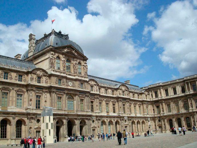 Parte da fachada do Museu do Louvre