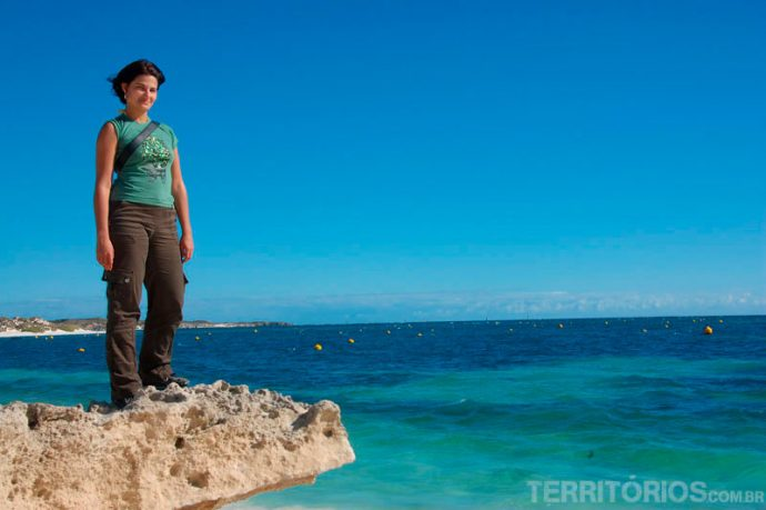 Mar cor de esmeralda e pedras