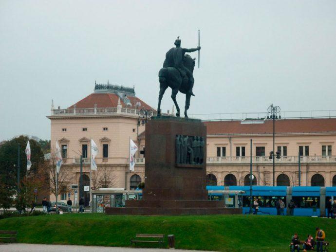 Rei Tomislav e a estação de trem
