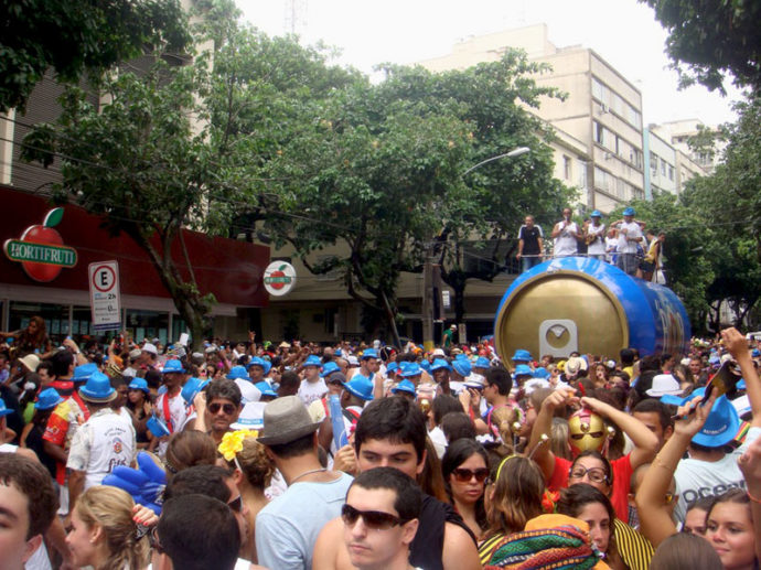 Festival de cores e fantasias no carnaval de rua