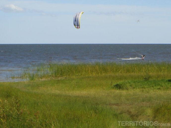 Uma lagoa inteira para praticar kitesurfe sozinho
