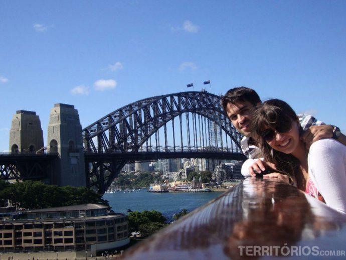 Juliana e Leandro fazendo pose em frente a Harbour Bridge