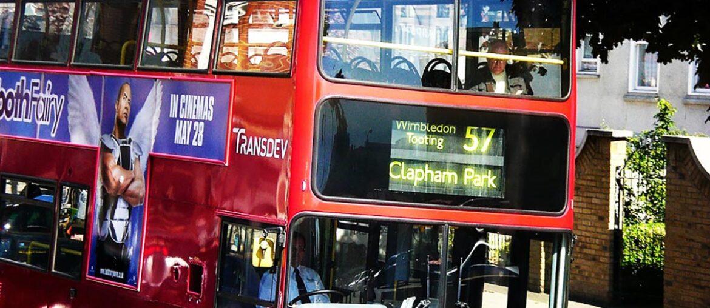 Ônibus vermelho ilustra o texto de moto em Londres