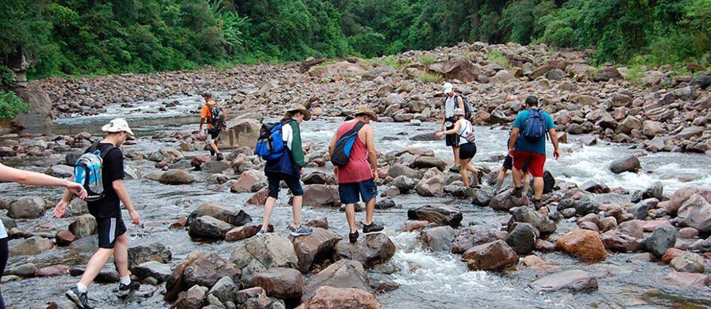 Pessoas fazem trilha no cânion Itaimbezinho