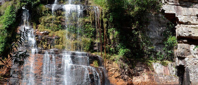 Cachoeira na Chapada dos Veadeiros em dia iluminado