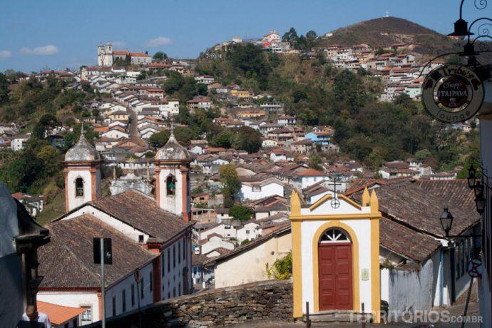 Muitas igrejas em meio ao verde das montanhas de Ouro Preto