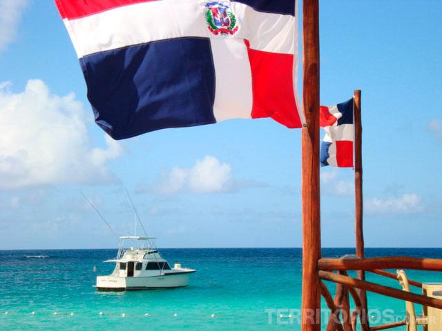 A bandeira e o mar dominicanos