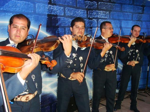 Show de Mariachis nao poderia faltar durante a Feria de San Marcos