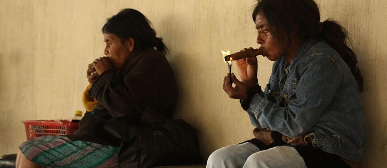 Mulheres fumando charuto em San Andrés Itzapa