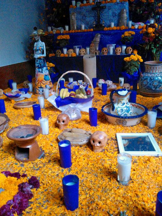 Altar traz os elementos em vida que os homenageados mais gostavam, como comidas, acessórios, etc