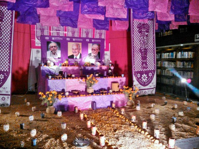 Altar para escritores montados na biblioteca pública de Guadalajara
