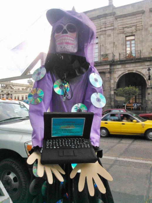 """Catrina """"invadiu"""" as ruas de Guadalajara por meio da intervenção artística de estudantes. Aqui ela está bem adequada à onda tecnológica. E como não poderia deixar de ser crítica, traz uma mensagem que reflete nosso tempo atual"""