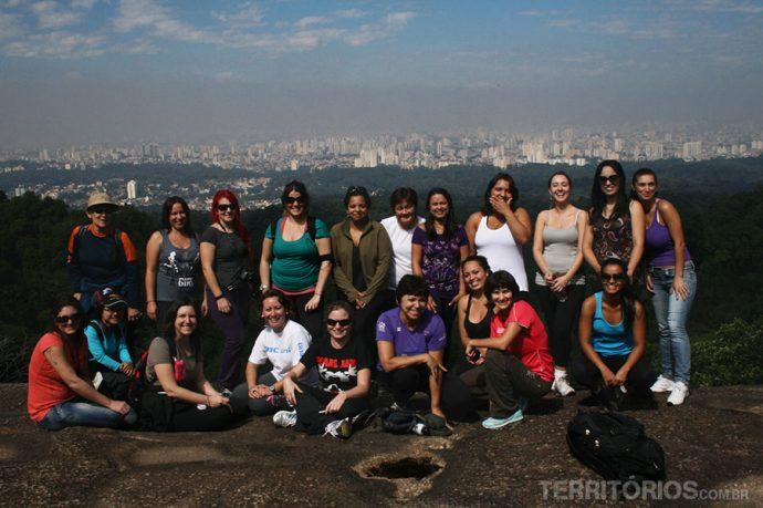 Grupo na Pedra Grande com vista para São Paulo, Parque da Cantareira
