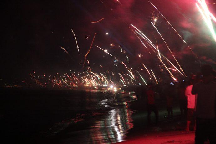 Fogos de artifício na praia durante o Ano Novo no Camboja