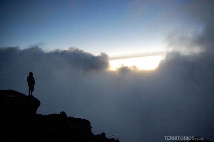 Homem solitário no topo do Monte Roraima ou mundo perdido