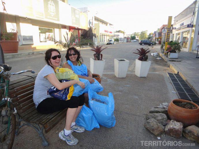 Na avenida Centenário tem bancos ondeas pessoas descansam com as compras em meio aos free shops
