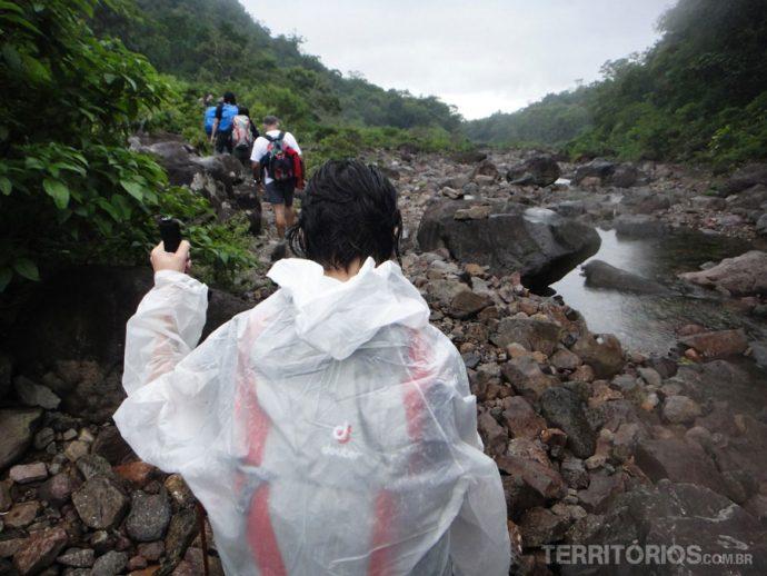 Começou a chover e logo peguei a capa de chuva tamanho GG, cabe eu e a mochila