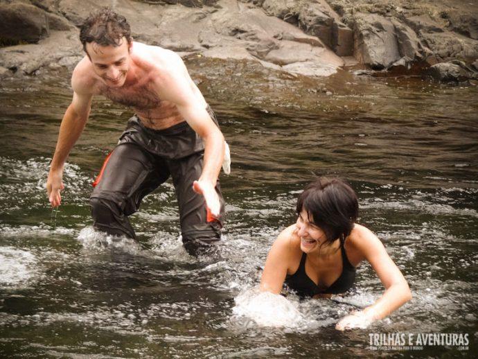 Pode tomar banho com a calça que ela seca durante a trilha