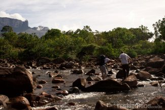 Atravessando o rio Kukenán