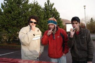 Escovando os dentes ao ar livre (depois de passar frio dormindo no carro)