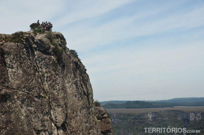 Blogueiros na ponta da pedra que adentra o cânion Fortaleza