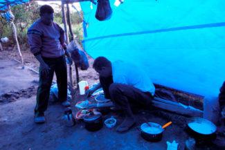 Francisco preparando o café da manhã