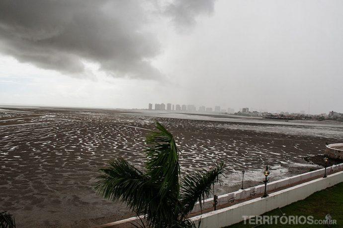 Maré começando a encher em São Luis do Maranhão