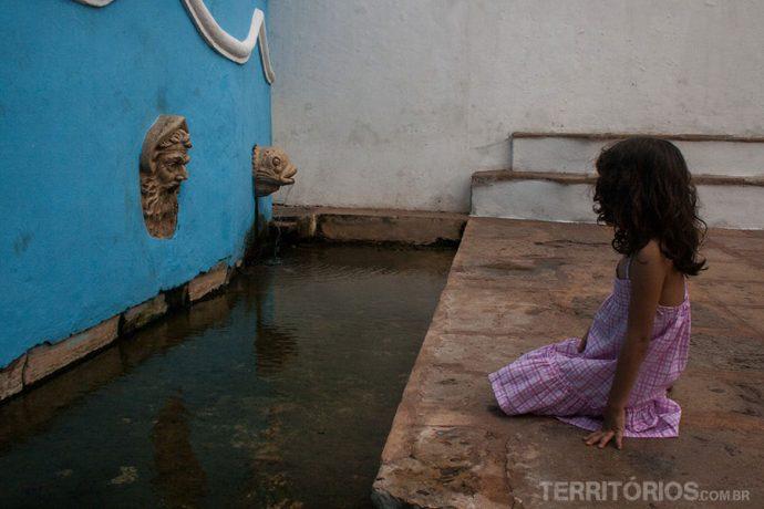 Menina observando a Fonte do Ribeirão