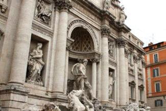 De um lado, a Fontana di Trevi…