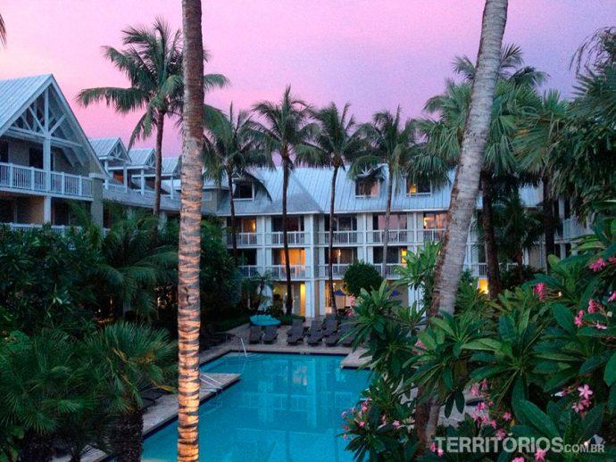Resort com lindo céu avermelhado ao pôr do sol - Dica de onde ficar na Flórida