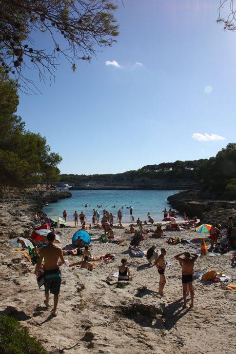 Praia de Cala DOr, sudeste da ilha