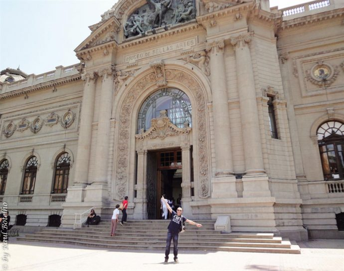 Em frente ao Museu de Belas Artes durante o feriado no Chile