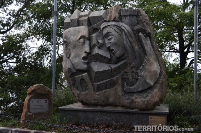 Escultura em homenagem aos brasileiros
