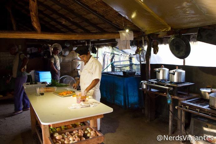 A cozinha e Nelson preparando o almoço na hospedagem no Jalapão