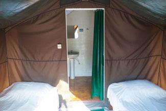 Banheiro privativo no interior da barraca durante hospedagem no Jalapão
