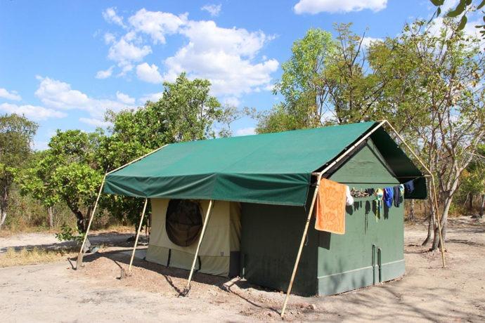 Banheiro acoplado na barraca com encanamento e varal. Assim é a hospedagem no Jalapão com a Korubo