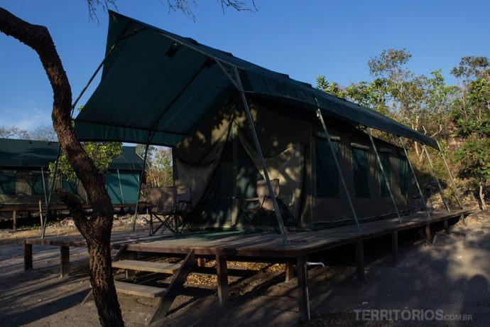 Safari Camp Korubo tem cama de madeira e banheiro dentro da barraca para passar bem no Jalapão