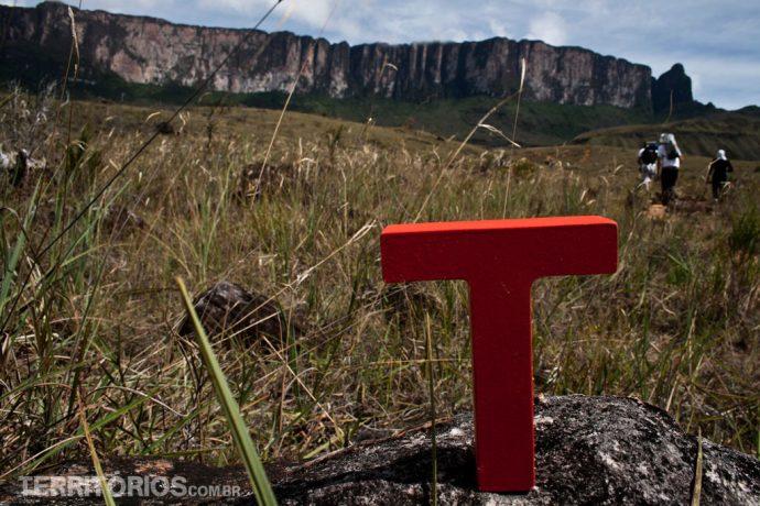 T pelo mundo em frente ao Monte Roraima no segundo dia de caminhada