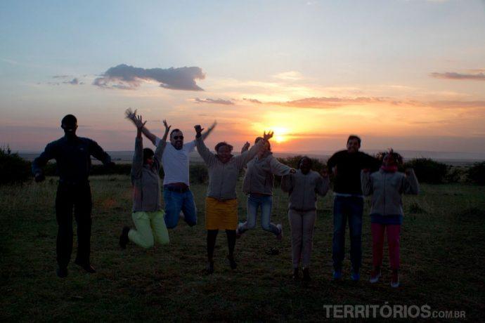 Brasileiros e quenianos se divertido ao pôr do sol em Maasai Mara